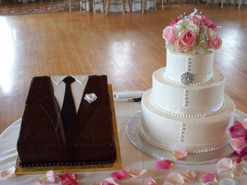 groom cake and perfect wedding cake